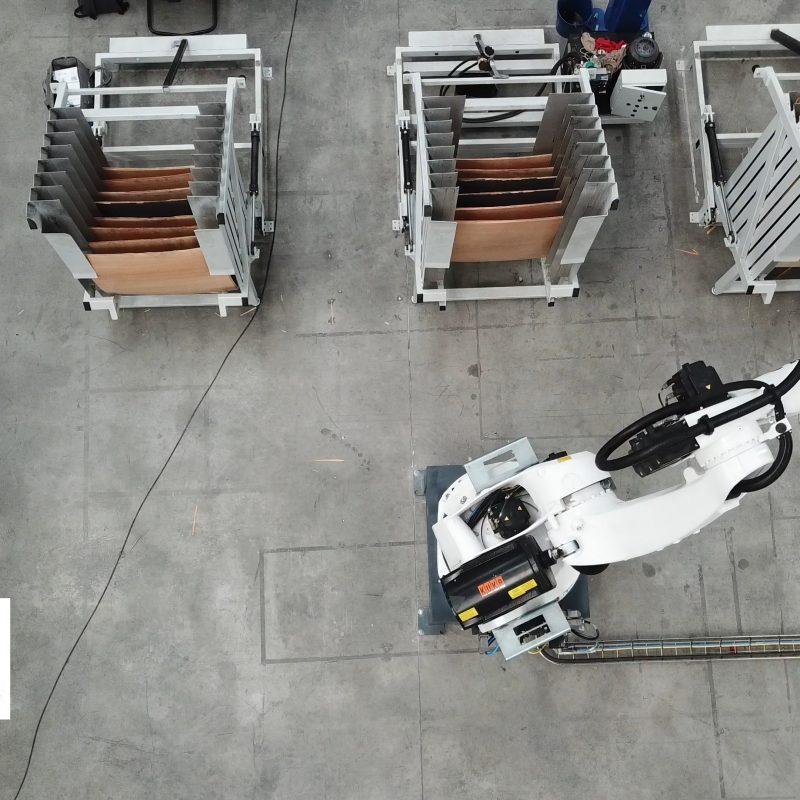2 robots desembandejado y paletizador de tableros de madera